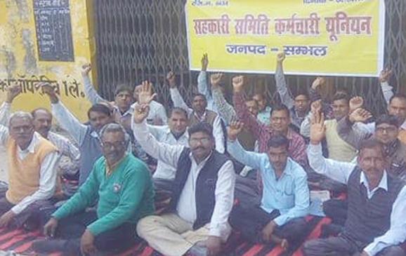 पैक्स कर्मचारी हड़ताल: किसान यूरिया के लिए बेहाल
