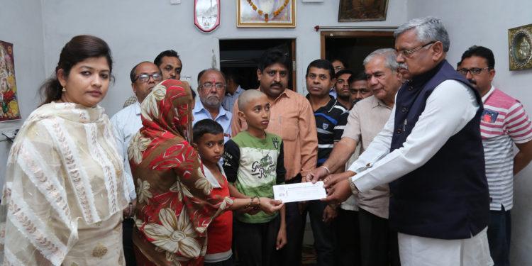 Photo of पुलवामा हमला: चिखली अर्बन को-ऑप बैंक ने दिये परिवारों को 1-1 लाख रुपये