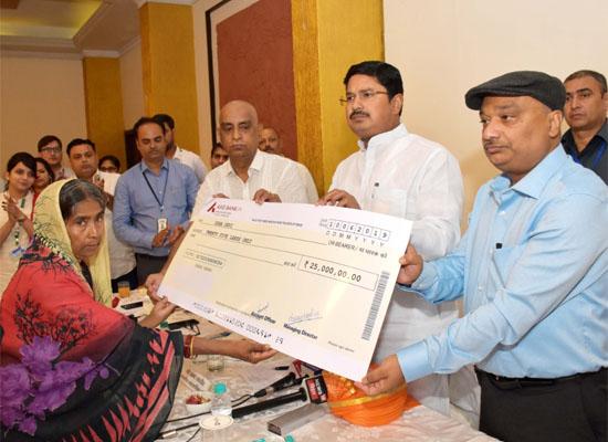 Photo of एक विधवा को 25 लाख रुपये देकर बिस्कोमान ने एक मिसाल कायम की