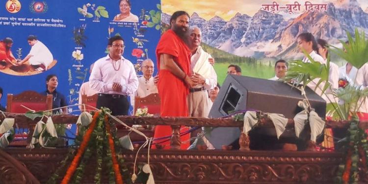 Photo of योग गुरु ने इफको के नीम अभियान के लिए योगेंद्र को किया सम्मानित