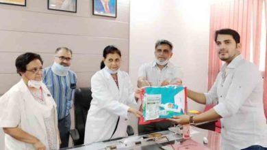 Photo of यशपाल ने झांसी में डॉक्टरों को दान की पीपीई किट